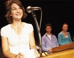 Pembicara handal yang hebat merangkai cerita berbicara di depan umum dengan percaya diri
