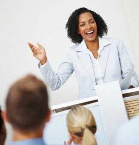 Pembicara handal yang hebat merangkai cerita dengan percaya diri di depan umum