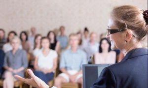 Pelatihan Presentasi Persuasif Pembicara yang percaya diri di depan audiens